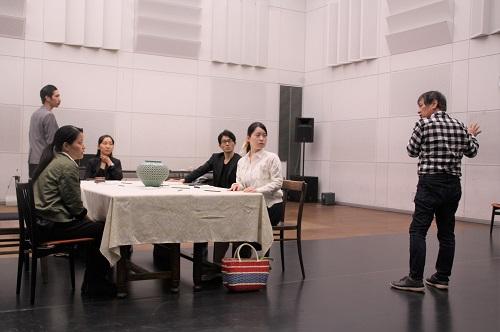 写真右端:西川信廣(演出)
