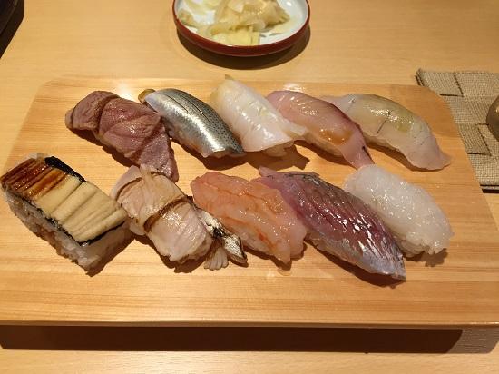 まずは近江町市場にある「鮨 歴々」。美味しゅうございました。