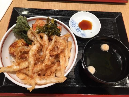 富山駅にある商業施設「とやマルシェ」の中にある「白えび亭」へ。