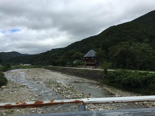 利賀芸術公園の入口。栄橋を渡って百瀬川を横切り、公園へと向かいます。