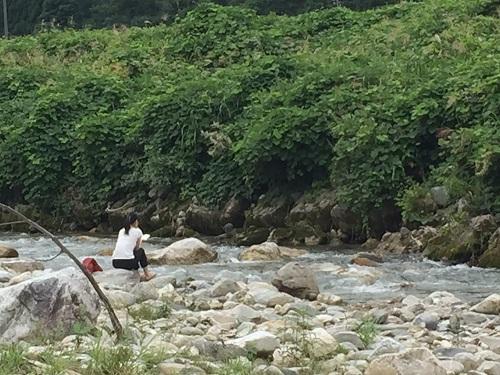 食後に百瀬川の水を触ったり。河原で読書する女性がいました。優雅ですね~。