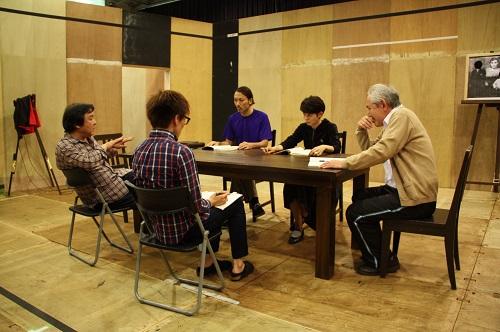 【写真(左から敬称略):栗山民也、坪井彰宏(演出助手)、石橋徹郎、占部房子、金子由之】