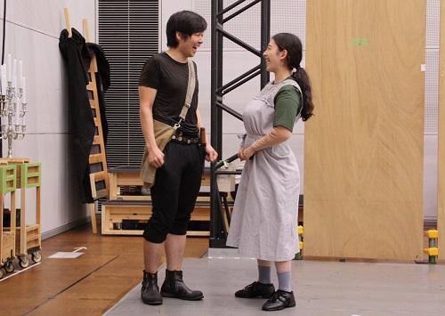 写真左から:召使ピーター(岩男海史)とジュリエットの乳母(角田萌果)