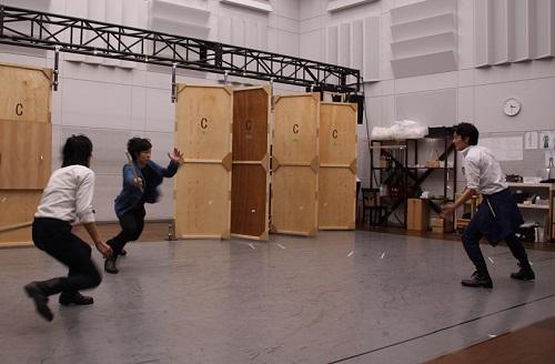 写真左から:ベンヴォーリオ(永田涼)、ティボルト(岩男海史)、ロミオ(田村将一)