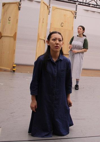 写真左から:ジュリエット(塚瀬香名子)と乳母(角田萌果)
