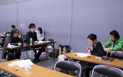 写真(左から敬称略):栗山民也、坪井彰宏(演出助手)、田畑智子、北村有起哉