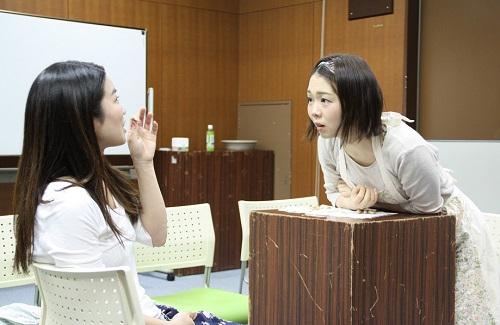 写真左から:横山友香、山﨑薫