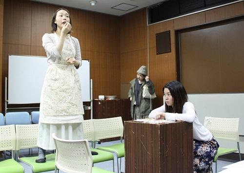 写真左から:山﨑薫、横山友香