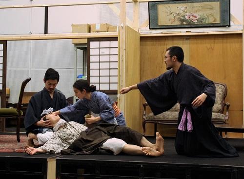 写真左から:田村将一、角田萌果、中西良介 横たわるのは岩男海史