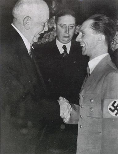 R.シュトラウス(左)とドイツ宣伝相ゲッベルス(1938年)