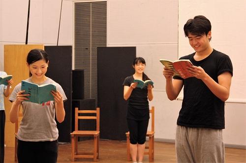 右は音楽教師・東風平恵壱役の生地遊人さん