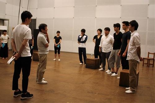 左端が演出助手の阿岐之将一さん、その右が演出の西川信廣さん