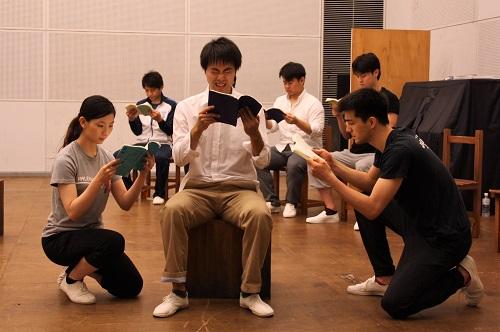 左は先輩女生徒役の金聖香さん、中央は教師・仲宗根政善役の上西佑樹さん