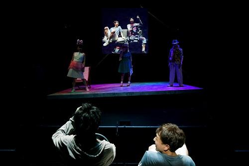 奥の左から:あめくみちこ、土井ケイト、大鷹明良  手前の左から:柄本時生、篠山輝信 撮影:細野晋司