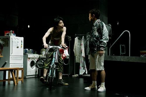 写真左から:柄本時生、篠山輝信 撮影:細野晋司