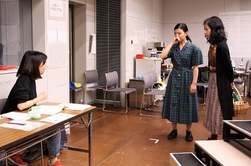 左から:田中麻衣子(演出)、佐藤和、篠原初実