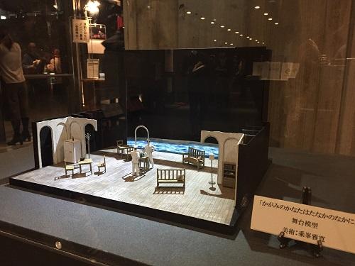ロビーに展示された舞台美術の模型↓です。美術:乘峯雅寛