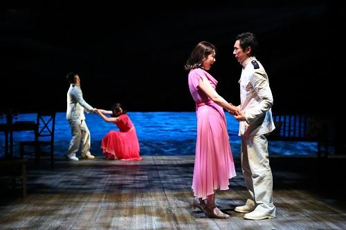 (手前右から)首藤康之、松たか子 (奥右から)長塚圭史、近藤良平 撮影:宮川舞子