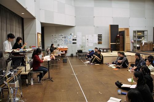 左端から3人:堀元宗一朗(演出助手・8期修了生)、宮田慶子(演出)、香織(プロンプター・9期修了生)