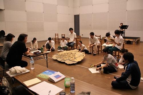 写真左端から田中麻衣子さん(演出補)、栗山民也さん(演出)