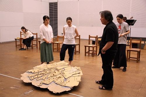 尼川ゆらさんの模型「比治山から海」を見ながら話し合い