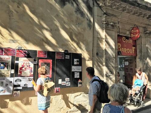 右がオフの劇場の入り口で、左が上演演目のポスター。