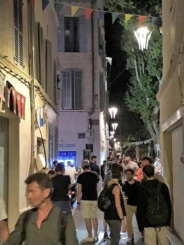 夜もにぎやかな細い道を歩いていると、2014年に泊まったアパートを発見!1階が店舗に変わっていました(それで見つけづらかったのか…)。