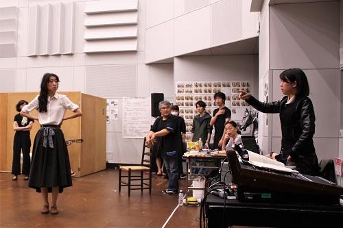 写真(敬称略):演出の田中麻衣子(右端)