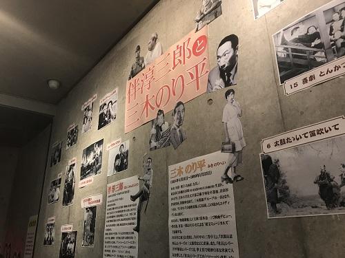 映画館の壁の展示