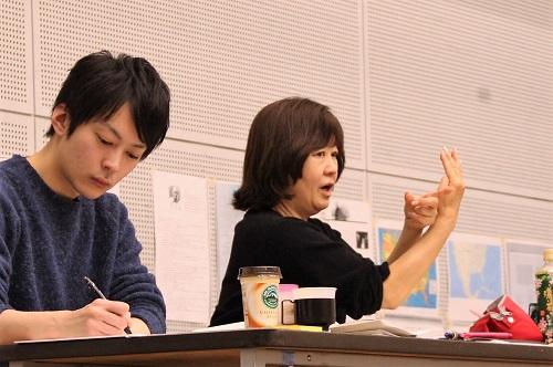 写真左から:小比類巻諒介(11期修了)、宮田慶子(演出)