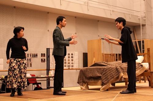 写真左から:伊澤日菜、坂川慶成、石原嵩志