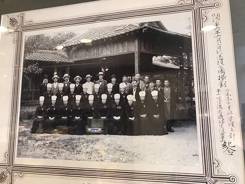 劇場ロビーに展示してある当時の写真。最前列左から2番目がヒロインのモデルになった人物です。