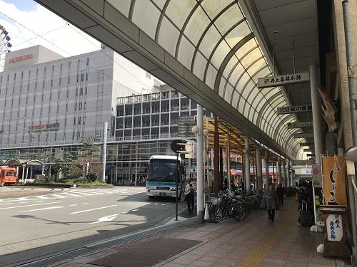 右に井上蒲鉾本舗、左に伊予鉄道のビル。