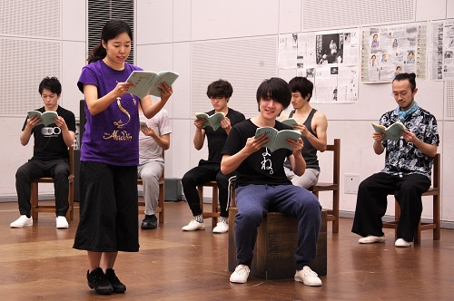 写真手前左から:今井仁美、髙倉直人(10期修了)