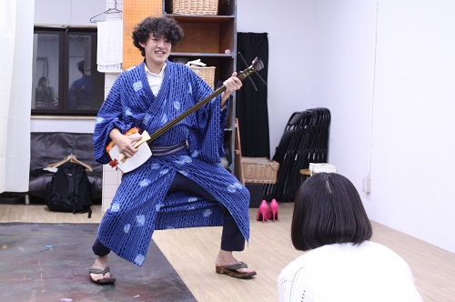 写真左から:永田涼、田村彩絵(後ろ姿)