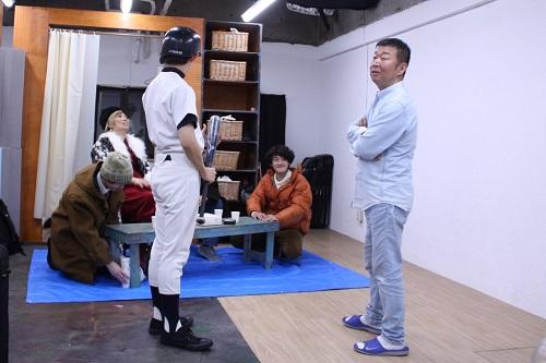 写真左から:大江晋平(後ろ姿)、鄭義信