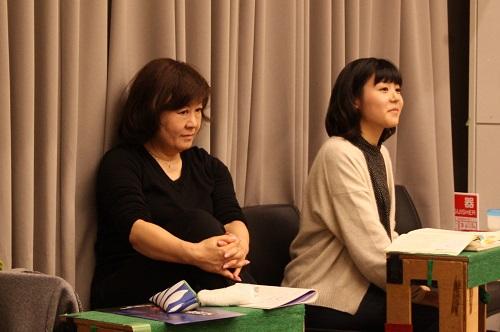 写真左から:宮田慶子(演出)と高嶋柚衣(演出助手、11期修了)