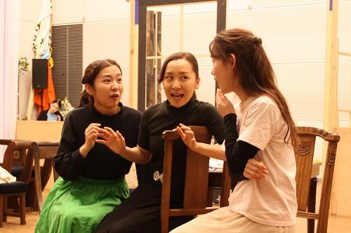 写真左から:松内慶乃、島田恵莉、鈴木麻美(8期修了)
